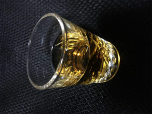 タリスカー10年 ショットグラス 色 写真