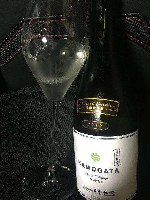 ワイングラスでKAMOGATAを飲む。